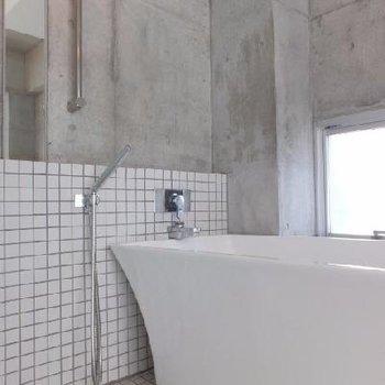 浴槽の形までスタイリッシュだ、、