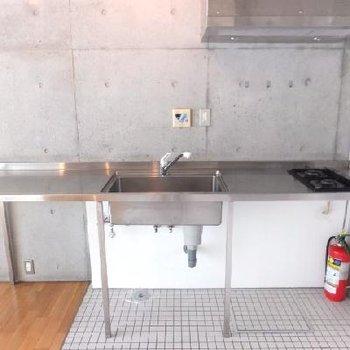 キッチンはかなり大きい。下にドラム式洗濯機を置けます