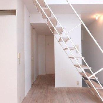 階段は蹴板がなくすっきりしているのでそんなに邪魔に感じません