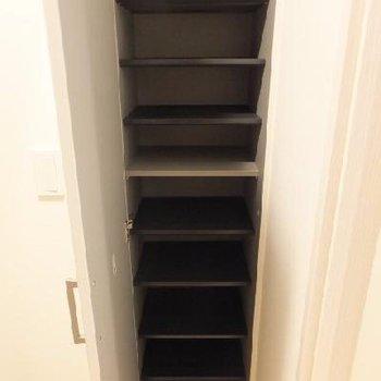 靴箱は縦長!扉に全身鏡があります