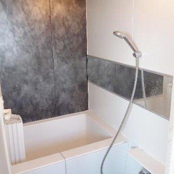 白とグレーでクールなバスルーム