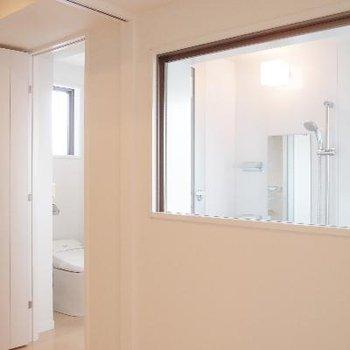 お部屋から透け透けのバスルーム…