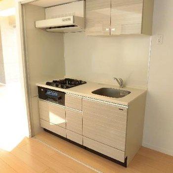 キッチンはお部屋の割にコンパクト