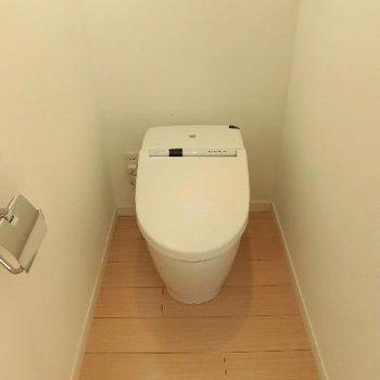 こっちはキッチンの後ろのトイレです