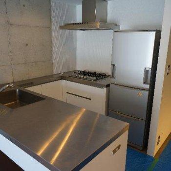 キッチンはコの字で贅沢な設備!※清掃中の写真です