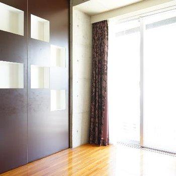 大きな窓と飾り棚がオシャレ!※清掃中の写真です