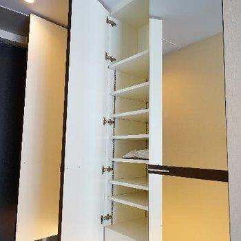 下駄箱はすべて鏡になってます!※清掃中の写真です