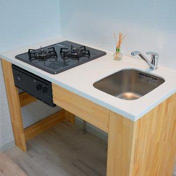 キッチンはガス2口で可愛らしいデザイン♪