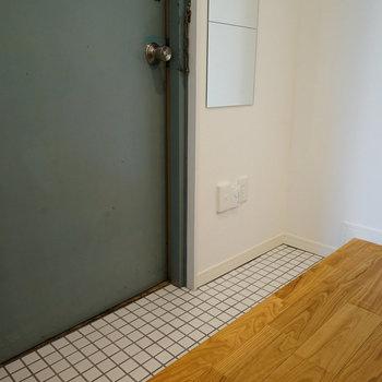 玄関は白いタイルに