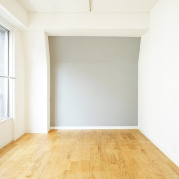 奥の壁はグレーの壁紙に、壁はやや斜めになっております