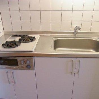 キッチンは2口ガスコンロ※写真は別部屋