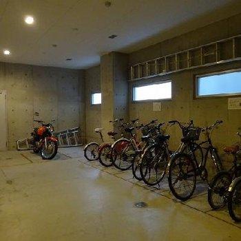 広々、室内駐輪場はうれしいですね