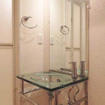 ガラスでできた洗面台。収納がないのがちょっと気になるけど※写真は1階のもの