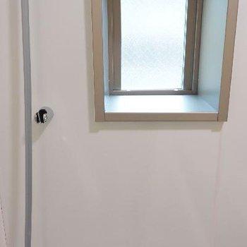 小窓は開きません
