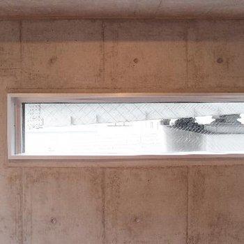 この小窓からは首都高が