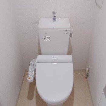 トイレは割りと広々。