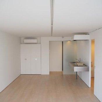 天井にまっすぐ伸びる線はライティングレールです。※写真は同タイプの別部屋です
