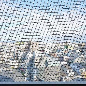 鳩対策かな。眺望にネットがかかります。