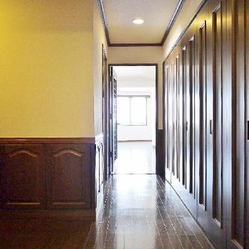 廊下に右側の扉はこれ全部収納!