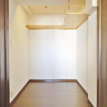 廊下のウォークインCLは3人くらい寝れそうです。。。