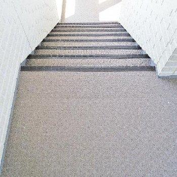 こちらの階段でお部屋へ。。
