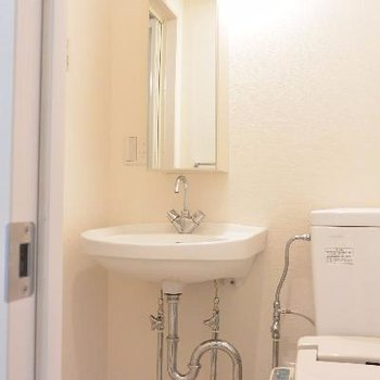 シャープな鏡が特徴の洗面台に、