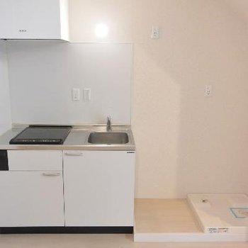 キッチン、冷蔵庫、洗濯機と並びます※画像は103号室のものです