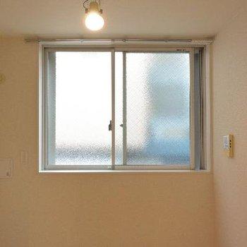 窓がこのくらいしか開きません…!※画像は103号室のものです