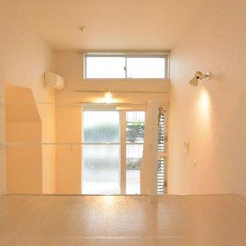 左の扉は水回り※画像は103号室のものです