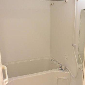 ごくごく普通のお風呂が並びます。※画像は103号室のものです