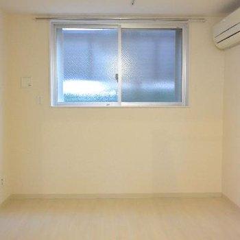 こちらは下のお部屋。こちらも窓は上のお部屋と同じくらいしか開きません!※画像は103号室のものです
