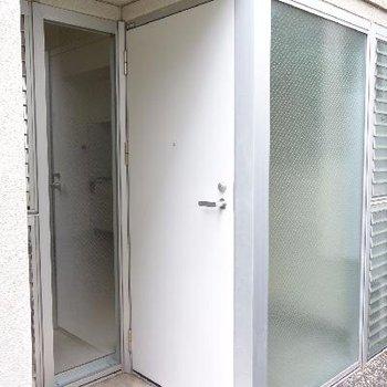 玄関はこんな感じ※画像は103号室のものです