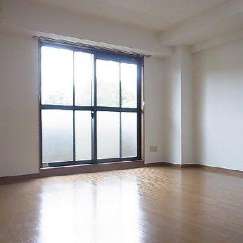 内装は至ってシンプルです。日当たり良好。※写真は同タイプの別部屋