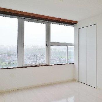 帖の洋室は窓が大きくて眺望めっちゃいいですね!