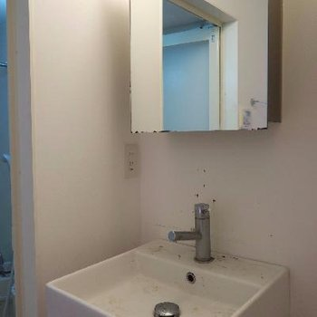 白でスタイリッシュな洗面台(写真はクリーニング前です)