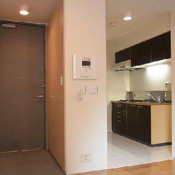 玄関土間とツートンカラーのキッチンが特長的 ※写真は似た間取りの別部屋です