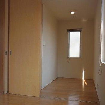 2.2帖の洋室。書斎や納戸に使いたい ※写真は似た間取りの別部屋です