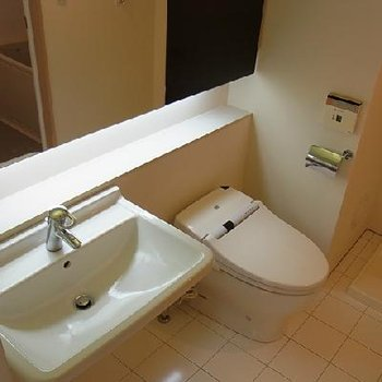 トイレと洗面台は同室です ※写真は似た間取りの別部屋です