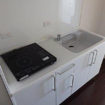 キッチンもホワイトのオシャレなデザイン※写真は別部屋