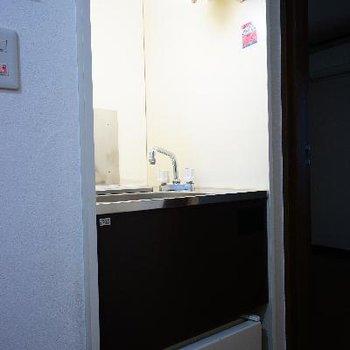 コンパクトサイズのキッチンです。下には冷蔵庫が。