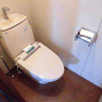 個室トイレはお部屋の真ん中です