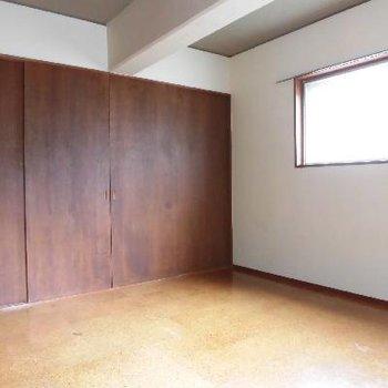 ベッドルームにも小窓があって嬉しいですね