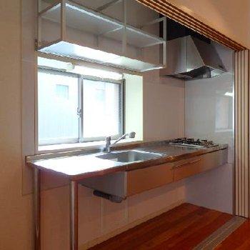 ステンレスのデザインキッチン。角部屋で窓付きというのも良いですね