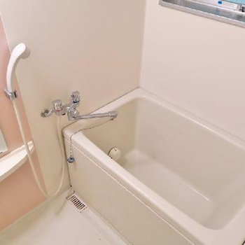 お風呂はコンパクトながら小窓つき!