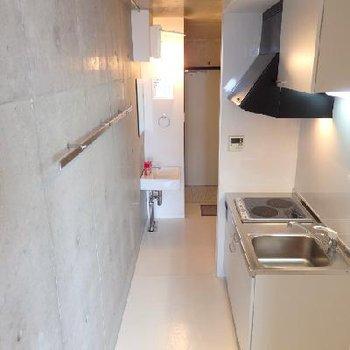 キレイなキッチンと独立洗面台※写真は別部屋