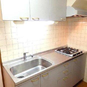 キッチンは2口で広めのキッチン