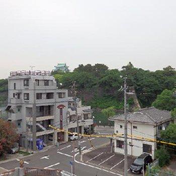 目の前に名城公園の緑!天守閣もちらっと見えますね