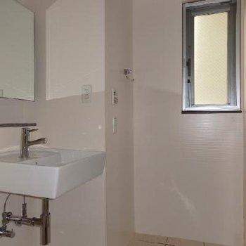 洗面台と浴室は一緒になっています