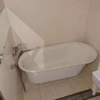 お風呂は猫足のバスタブ
