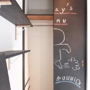 寝室にあるクローゼットの扉も黒板塗装